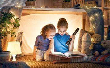 Bambini che leggono libri